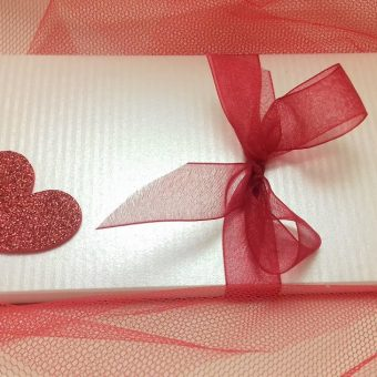 """Плик кутия сатен – Шоколадов пъзел """"Обичам те"""""""